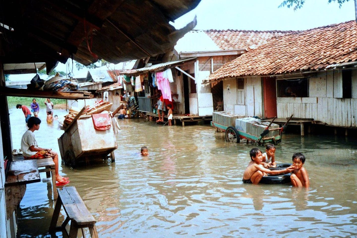 chlldren floods indonesia