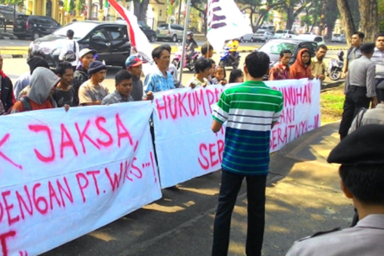 A protest against industrial pulpwood firmPT Wirakarya Sakti by villagers from Lubuk Mandarsah in Jambi, Sumatra. Image: Mongabay