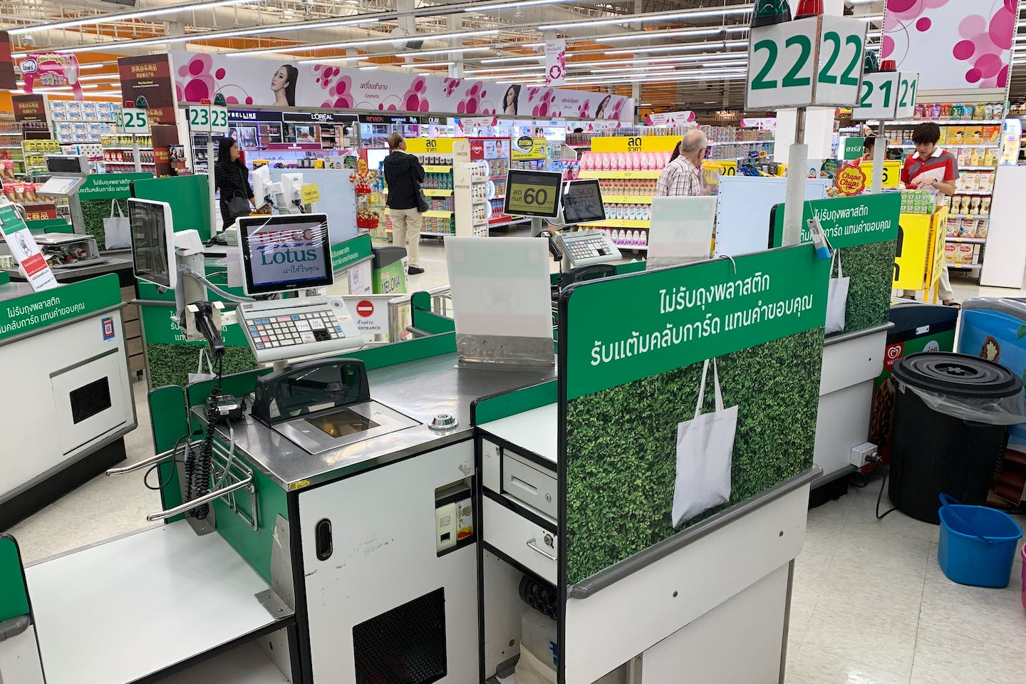 A plastic bag-free shopping aisle at a Tesco Lotus supermarket in On Nut, Bangkok. Image: Eco-Business