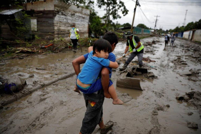 children in floods in honduras