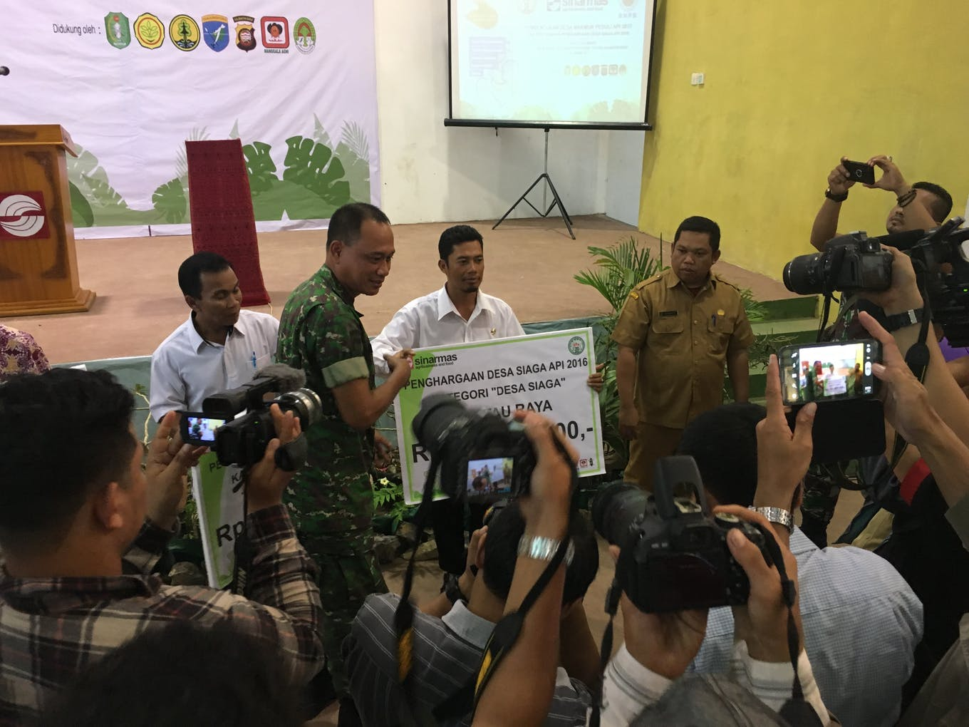 A cheque for IDR 100 million (US$7,500) is awarded to village representatives living in a GAR concession in West Kalimantan. The award is for keeping their village fire free.