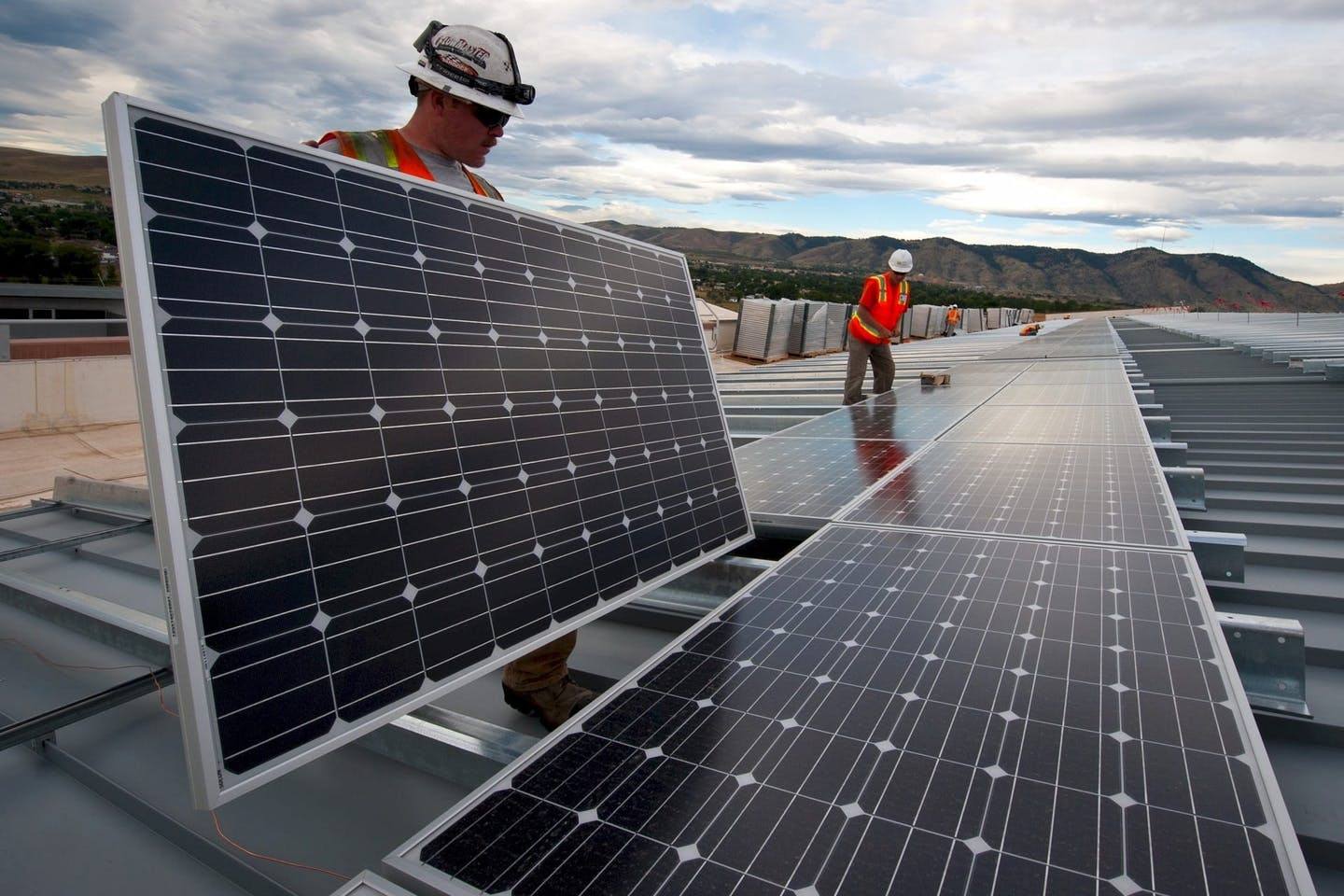 workers installing solar panel1