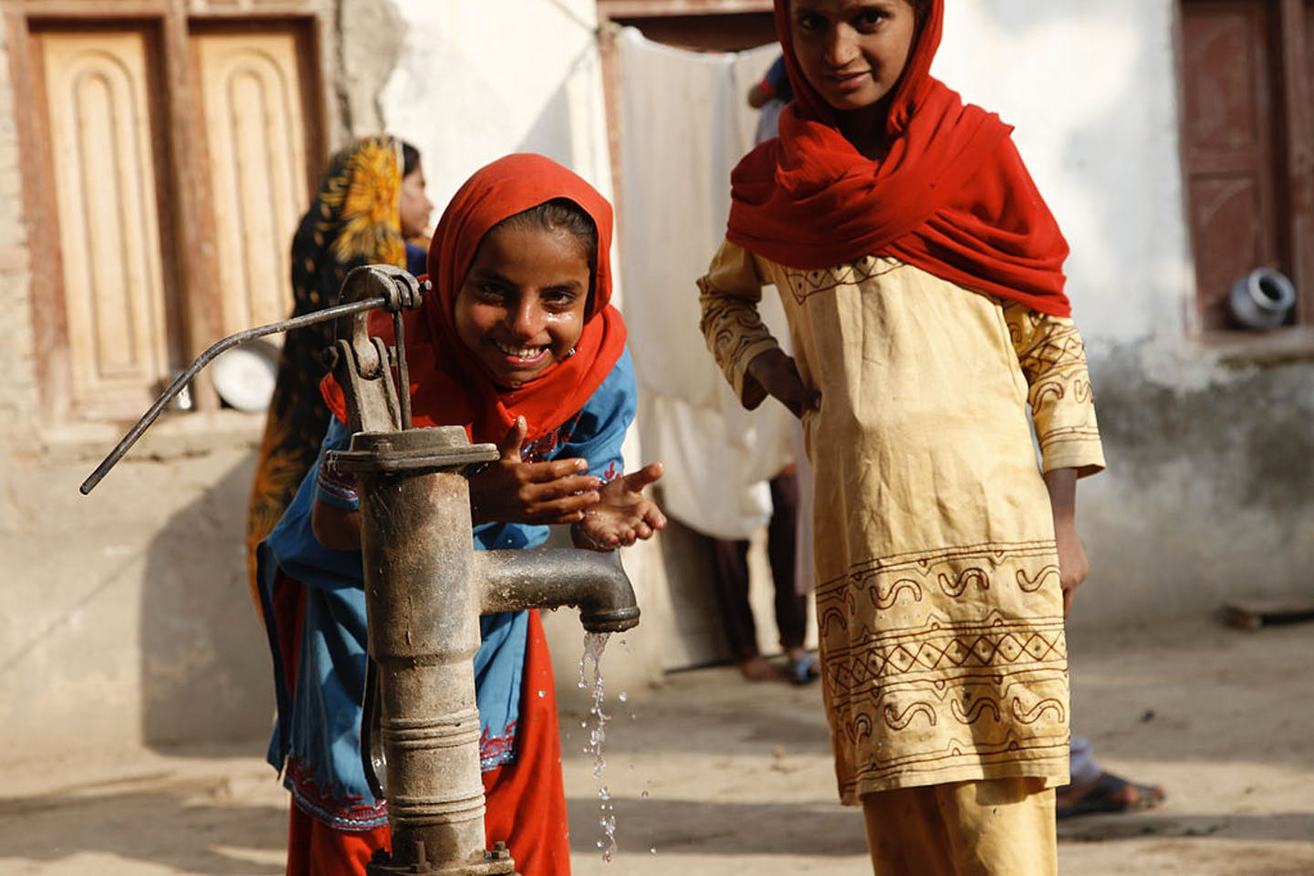 Children, Pakistan, water pump2