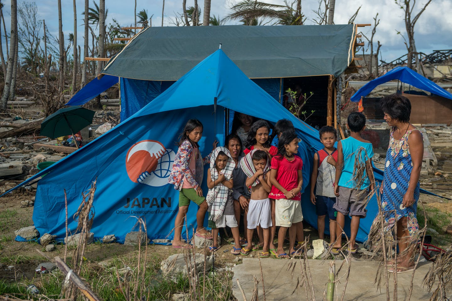 haiyan families in tents