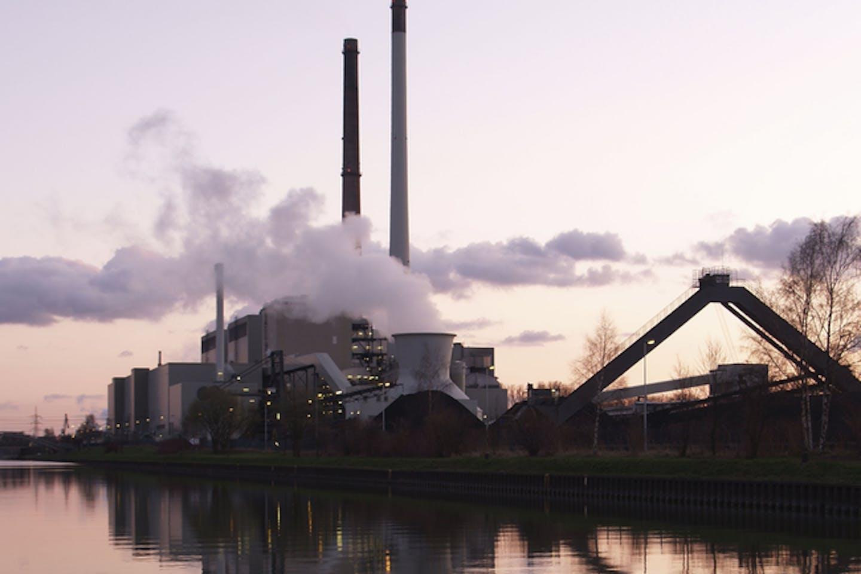 coal plant emitting co2