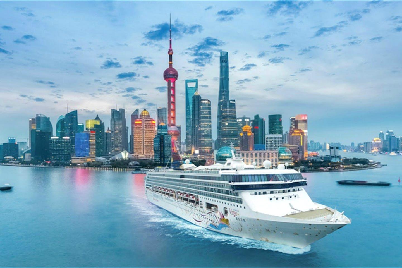 Cruise ship leaves Shanghai
