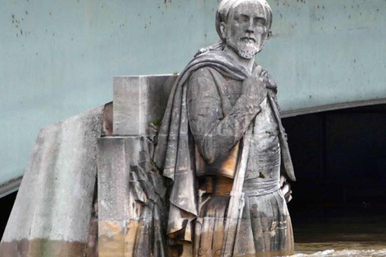 zouave statue siene river