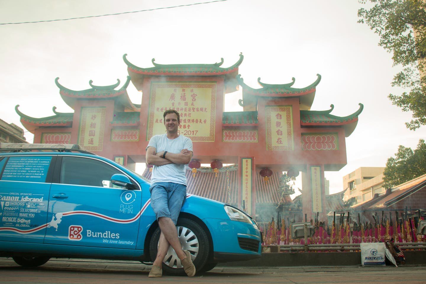 Wiebe Wakker is traveling from the Netherlands to Australia in an electric car, without any money. Image: Wiebe Wakker