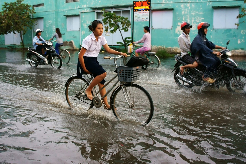 vietnam floods bicycle